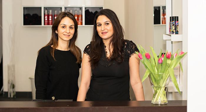 Systrarna Angela och Madlin som driver frisörsalongen.